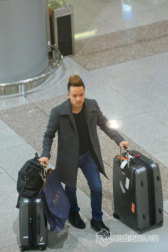 Cao Thái Sơn khệ nệ hành lý lẻ bóng ở sân bay 3