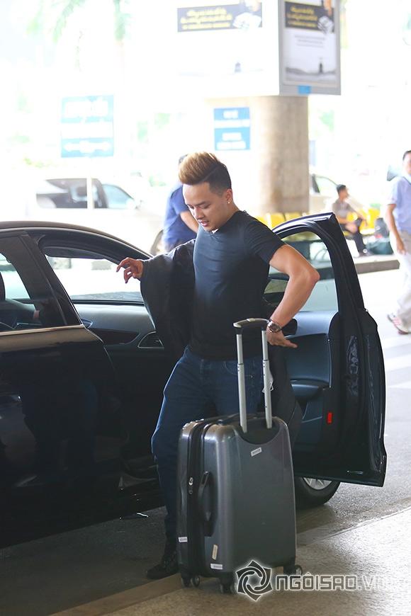 Cao Thái Sơn khệ nệ hành lý lẻ bóng ở sân bay 6