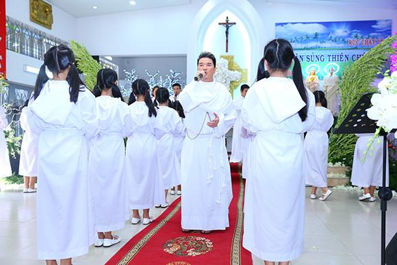 Đàm Vĩnh Hưng mặc áo dòng hát giữa nhà thờ 4