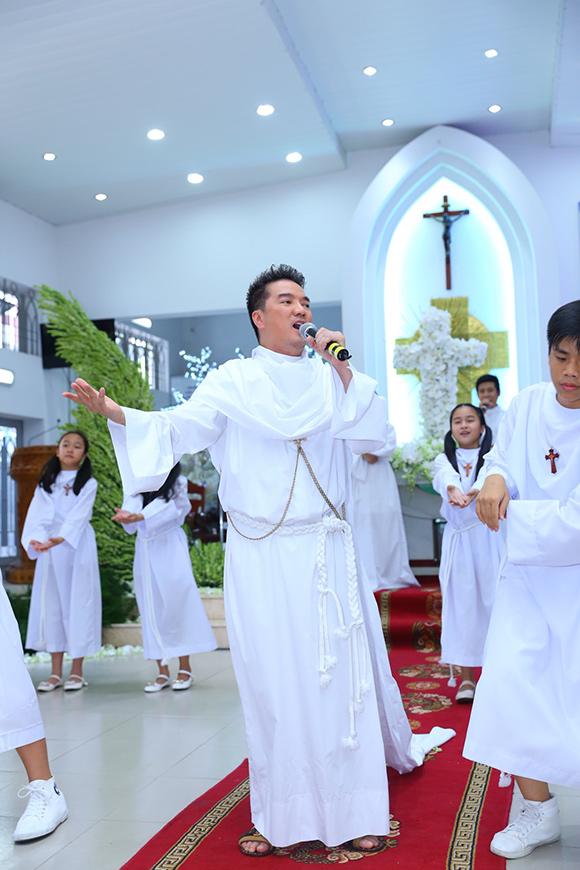 Đàm Vĩnh Hưng mặc áo dòng hát giữa nhà thờ 5