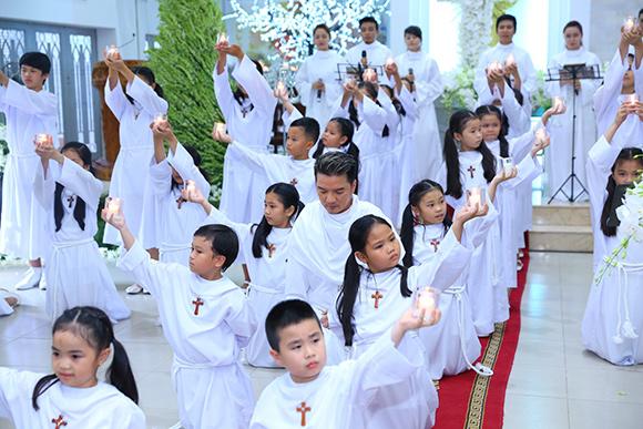 Đàm Vĩnh Hưng mặc áo dòng hát giữa nhà thờ 7