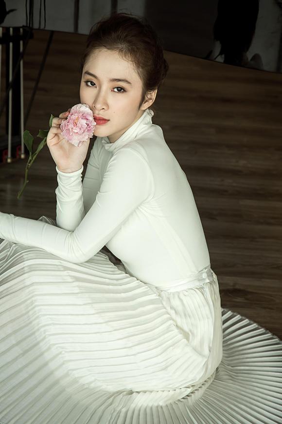 Angela Phương Trinh đẹp mong manh phớt lờ nghi án hẹn hò CSGT 1