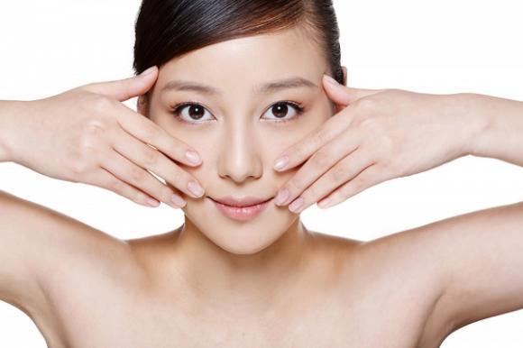 Già trước tuổi, uống ít nước, làm đứt gãy các collagen trong da, hình thành nếp nhăn, ăn quá ít chất béo, uống nước bằng ống hút