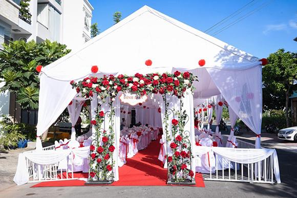 Vân Trang diện áo dài trắng thuần khiết trong lễ đính hôn