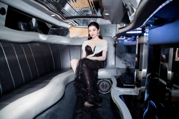 á hậu Huyền My khoe dáng sexy trên limousine 0