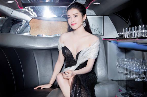 á hậu Huyền My khoe dáng sexy trên limousine 1