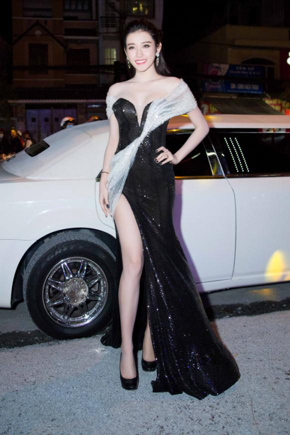 á hậu Huyền My khoe dáng sexy trên limousine 2