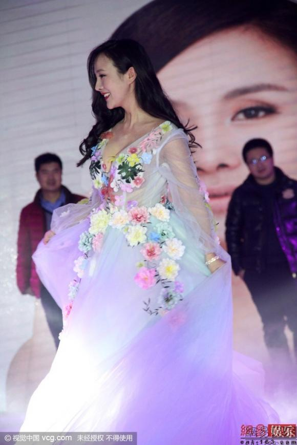 Can Lộ Lộ diện váy diêm dúa chèn ép vòng một gây chú ý tại sự kiện 8