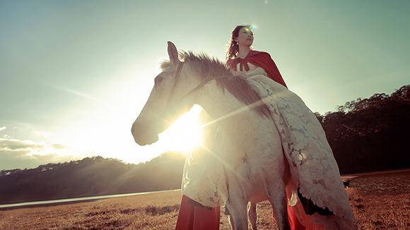 Tiểu thư váy đỏ Mỹ Tâm đẹp hút hồn trên lưng ngựa 2