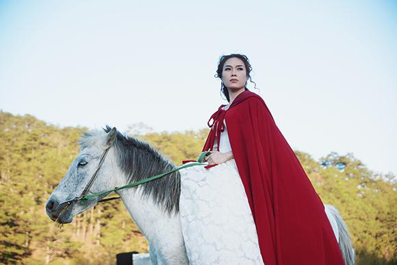 Tiểu thư váy đỏ Mỹ Tâm đẹp hút hồn trên lưng ngựa 3