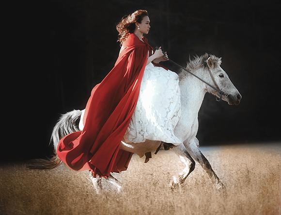 Tiểu thư váy đỏ Mỹ Tâm đẹp hút hồn trên lưng ngựa 4