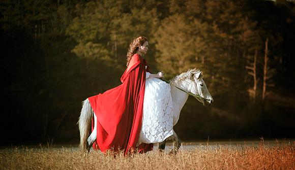 Tiểu thư váy đỏ Mỹ Tâm đẹp hút hồn trên lưng ngựa 5