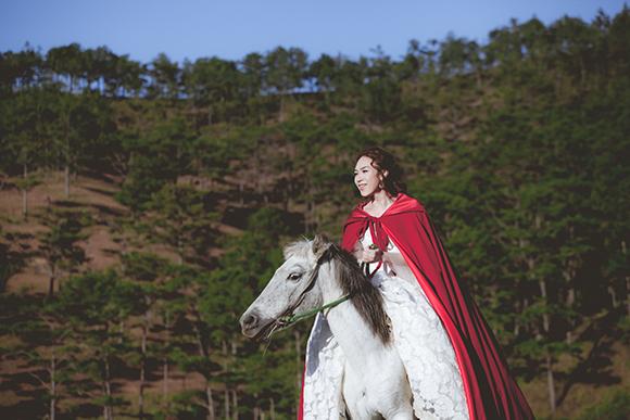 Tiểu thư váy đỏ Mỹ Tâm đẹp hút hồn trên lưng ngựa 7