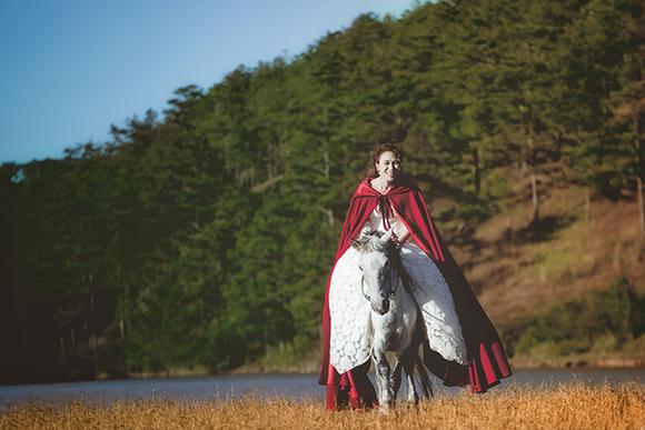 Tiểu thư váy đỏ Mỹ Tâm đẹp hút hồn trên lưng ngựa 8