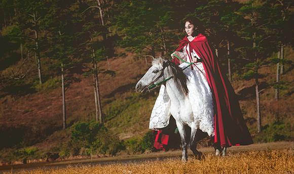 Tiểu thư váy đỏ Mỹ Tâm đẹp hút hồn trên lưng ngựa 9