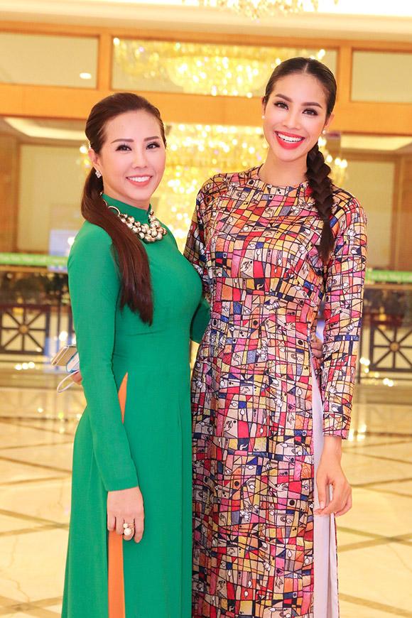 Phạm Hương bán bức ảnh có 80 chữ ký thí sinh Hoa hậu Hoàn vũ  0