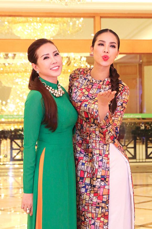 Phạm Hương bán bức ảnh có 80 chữ ký thí sinh Hoa hậu Hoàn vũ  1