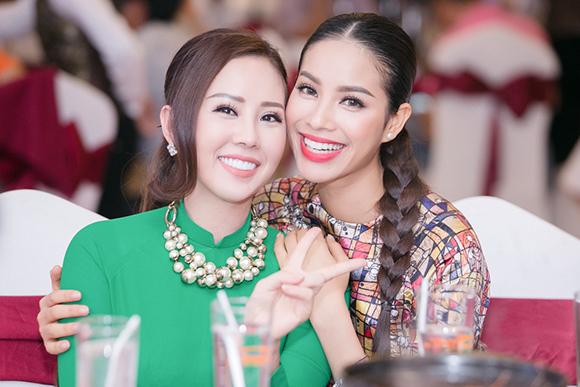 Phạm Hương bán bức ảnh có 80 chữ ký thí sinh Hoa hậu Hoàn vũ  2