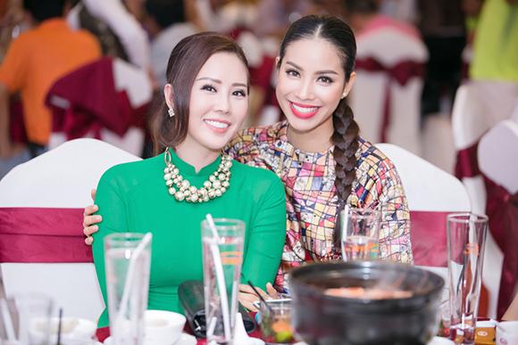 Phạm Hương bán bức ảnh có 80 chữ ký thí sinh Hoa hậu Hoàn vũ  3