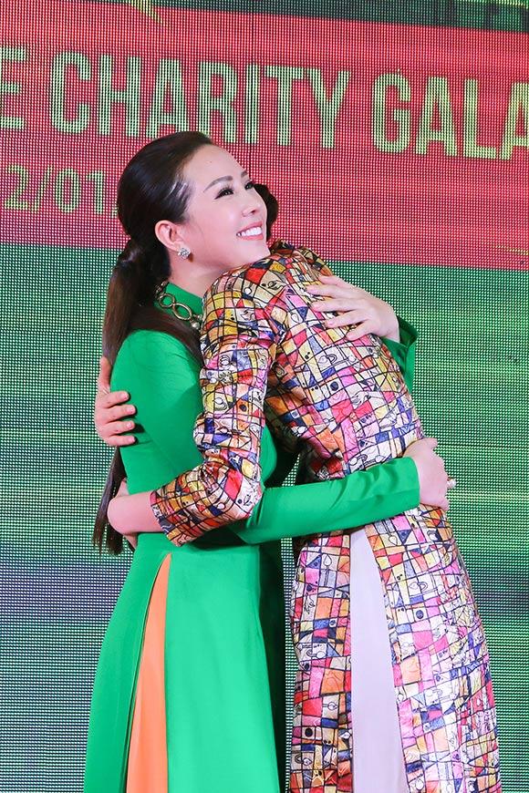 Phạm Hương bán bức ảnh có 80 chữ ký thí sinh Hoa hậu Hoàn vũ  7