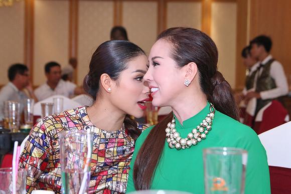 Phạm Hương bán bức ảnh có 80 chữ ký thí sinh Hoa hậu Hoàn vũ  9