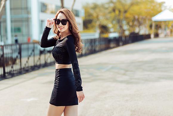 Quỳnh Thy diện váy voan mỏng lộ nội y dạo phố 0