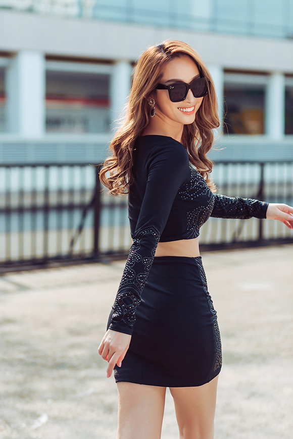 Quỳnh Thy diện váy voan mỏng lộ nội y dạo phố 1