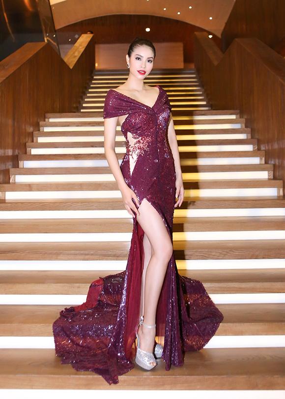 Phạm Hương diện diện váy xẻ cao khoe chân dài miên man 1