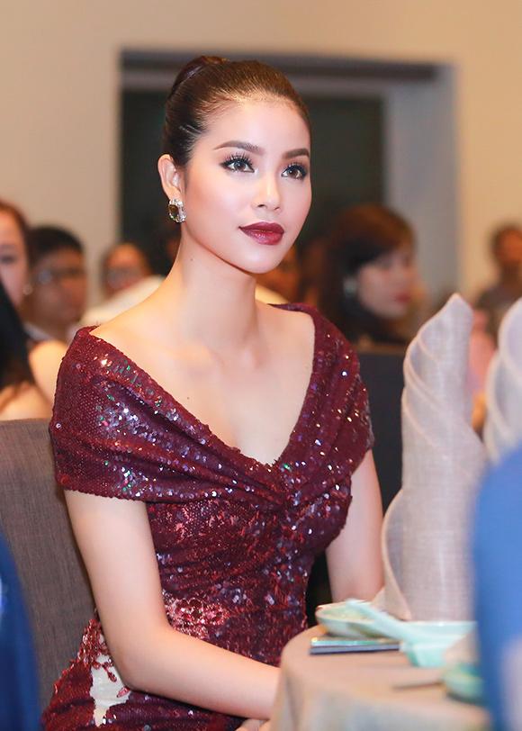Phạm Hương diện diện váy xẻ cao khoe chân dài miên man 7