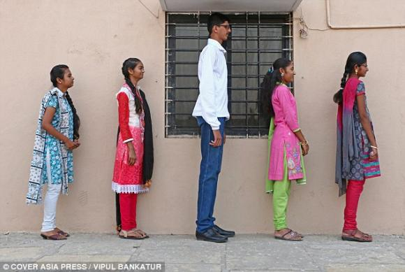 học sinh cao nhất Ấn Độ, nam học sinh cao nhất Ấn Độ mong có bạn gái, nam học sinh cao nhất Ấn Độ muốn có quần phù hợp