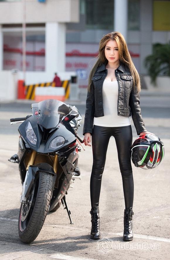 Elly Trần khoe dáng đồng hồ cát bên xe mô-tô phân khối lớn