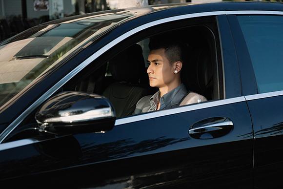 Vĩnh Thụy lái siêu xe đưa Hoàng Thùy Linh đi mua sắm 0