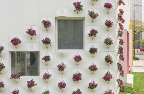 thac hoa tuong 1 ngoisao.vn Thiết kế bức tường độc đá biến thành thác hoa tuyệt đẹp mỗi khi mưa