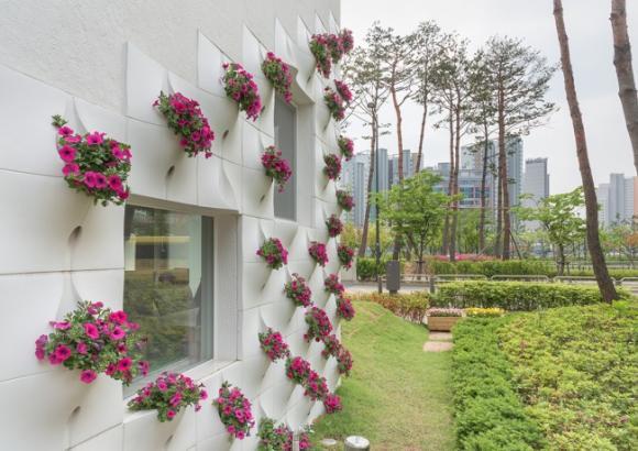 thac hoa tuong 2 ngoisao.vn Thiết kế bức tường độc đá biến thành thác hoa tuyệt đẹp mỗi khi mưa
