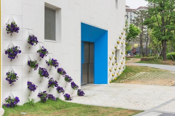 thac hoa tuong 3 ngoisao.vn Thiết kế bức tường độc đá biến thành thác hoa tuyệt đẹp mỗi khi mưa