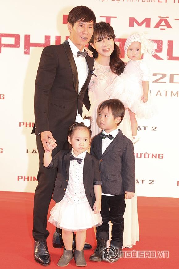 Vợ Lý Hải bế bụng bầu 5 tháng đi xem phim cùng chồng con 2
