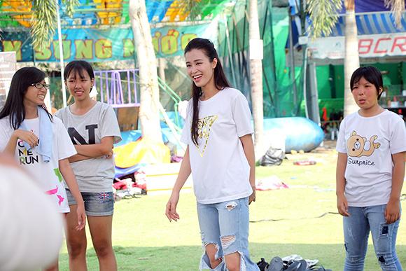 Đông Nhi, bạn gái Ông Cao Thắng, cõng fan, trò chơi ngoài trời