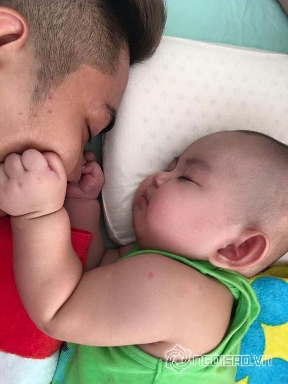 nhóc tỳ nhà sao ngủ với bố 7