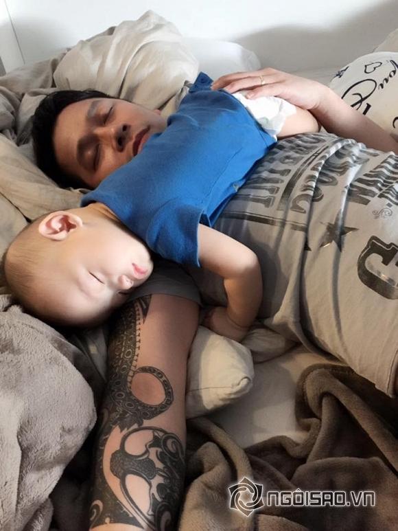 nhóc tỳ nhà sao ngủ với bố 10