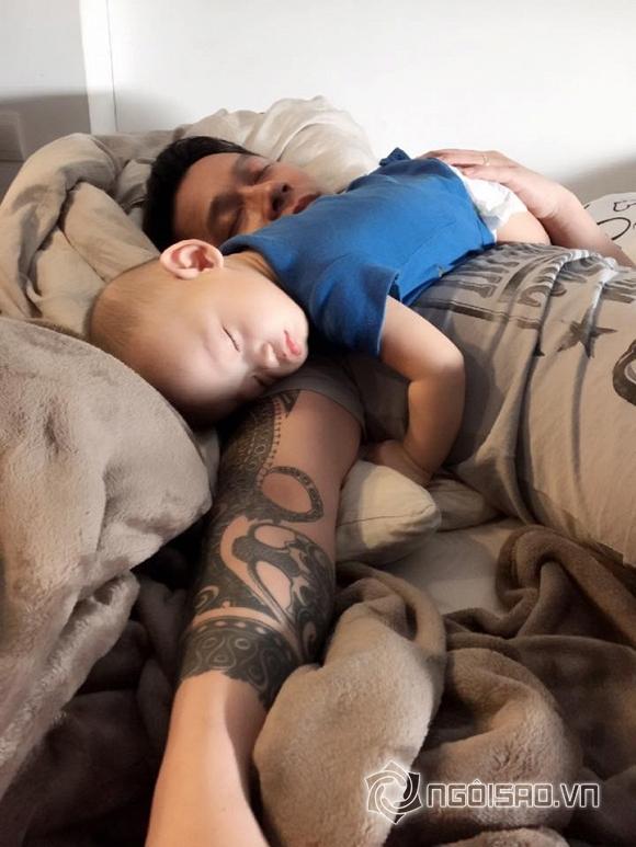 nhóc tỳ nhà sao ngủ với bố 11