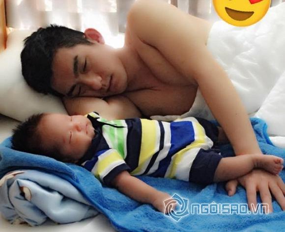 nhóc tỳ nhà sao ngủ với bố 1