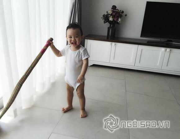 Con trai Vy Oanh cầm chổi quét nhà cực đáng yêu