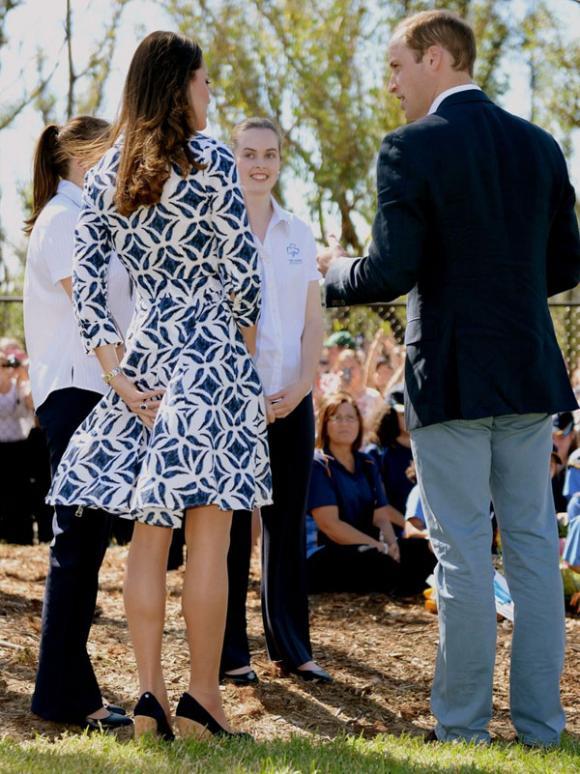 Công nương Kate suýt 'hớ hênh' vì những lần bị gió tốc váy 0