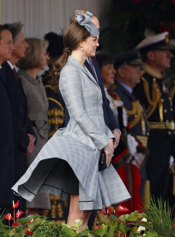 Công nương Kate suýt 'hớ hênh' vì những lần bị gió tốc váy 8