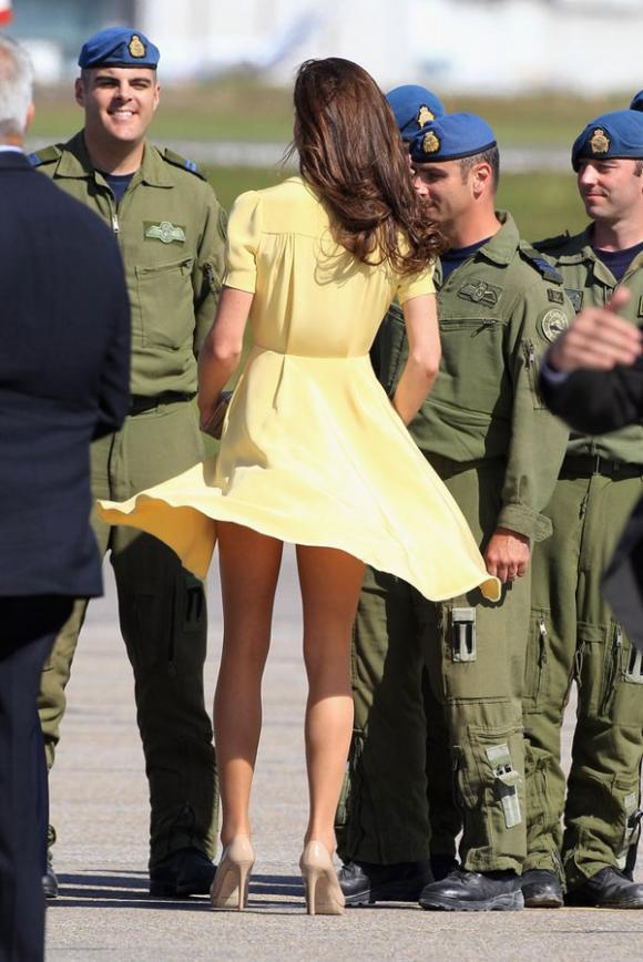 Công nương Kate suýt 'hớ hênh' vì những lần bị gió tốc váy 1