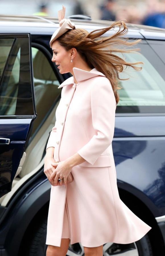 Công nương Kate suýt 'hớ hênh' vì những lần bị gió tốc váy 2