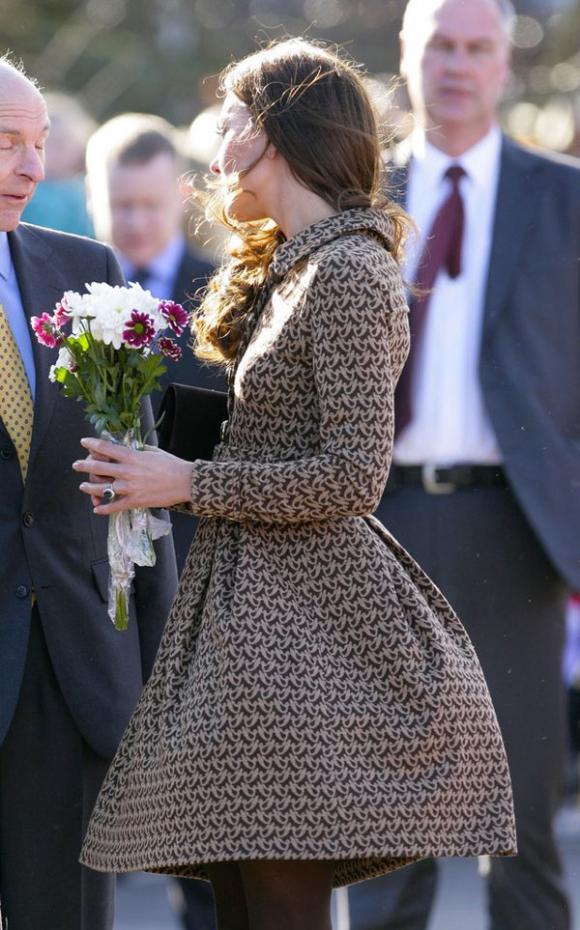 Công nương Kate suýt 'hớ hênh' vì những lần bị gió tốc váy 3
