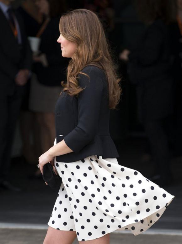 Công nương Kate suýt 'hớ hênh' vì những lần bị gió tốc váy 4