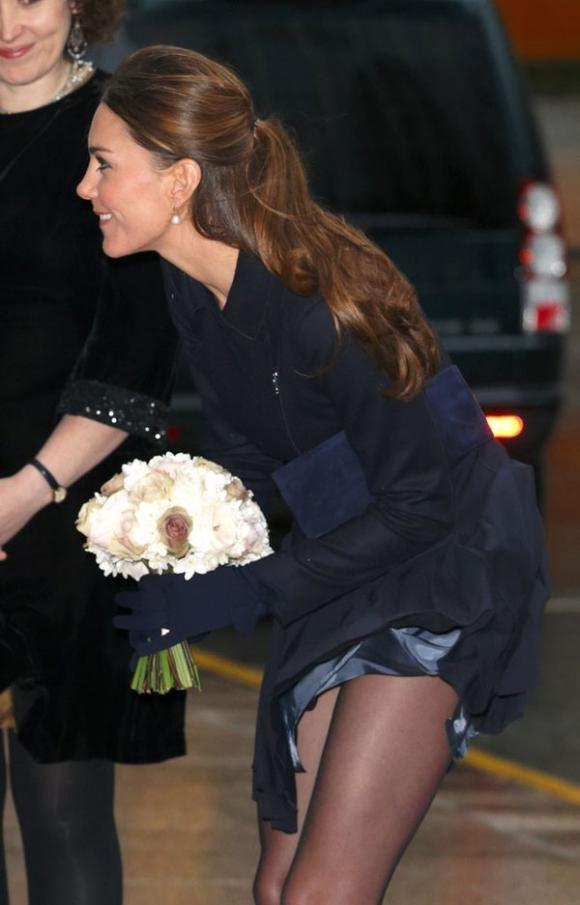 Công nương Kate suýt 'hớ hênh' vì những lần bị gió tốc váy 6