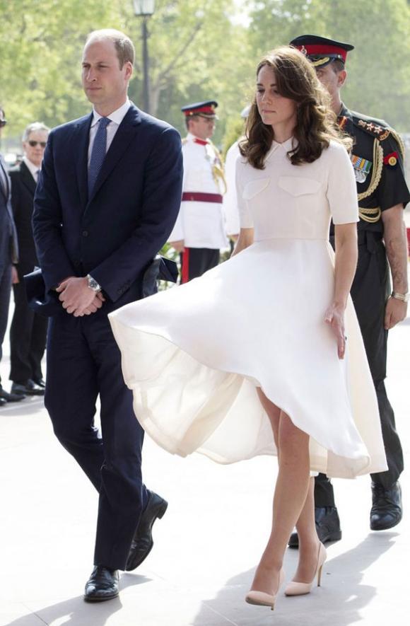 Công nương Kate suýt 'hớ hênh' vì những lần bị gió tốc váy 7